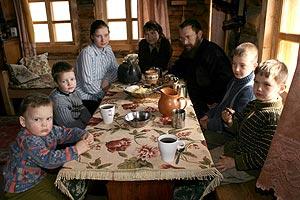 Sterligov rodeado de su familia. | Anatoli Morkovkin