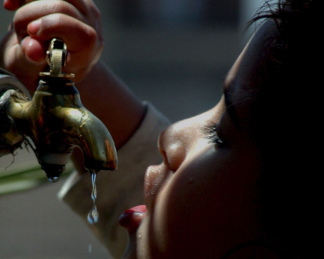 Un niño yemení intenta beber agua de un grifo. | EFE)