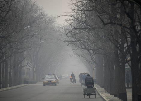 Imagen de una calle de Beijing en un día de bruma y contaminación. | Reuters