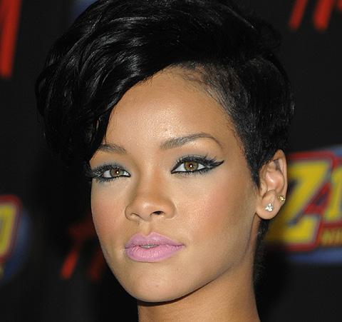 tatuaje en el hombro de rihanna. Rihanna se tatúa un arma en las costillas firmada por BangBang
