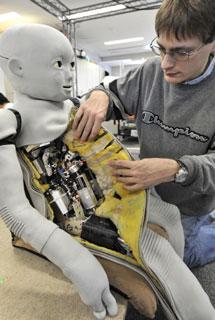 Uno de los creadores de CB2 muestra sus 'tripas' mecánicas. | AFP