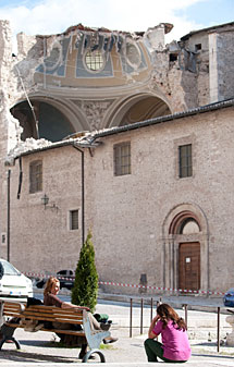 Afectadas ante la iglesia de Paganica. AFP