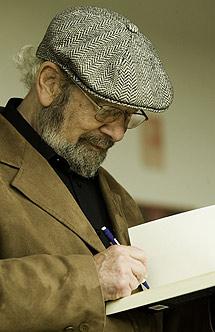 Bonald firma uno de sus libros. | Jose F. Ferrer