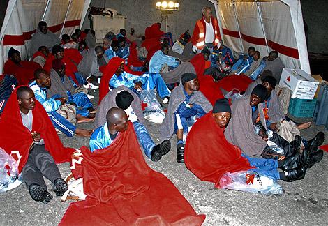 Imagen de algunos de los 77 inmigrantes que llegaron el pasado mes de febrero a Gran Canaria. | Efe