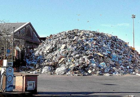 Una monta�a de residuos en la planta de Terrasa de Quart (Valencia). | Benito Pajares