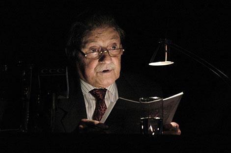 El escritor lee sus poemas en un acto de homenaje en 2005. | AFP