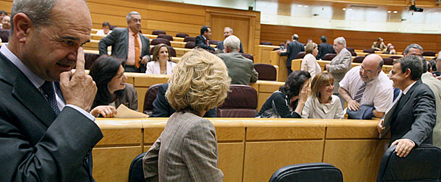 Manuel Chaves, ayer, en el Pleno del Senado junto a la vicepresidenta segunda, Elena Salgado. | José Ayma