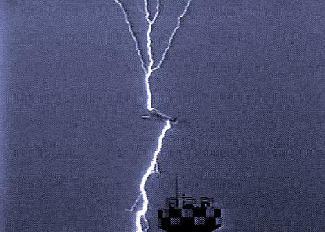 Un rayo impactando en un avión al despegar del aeropuerto de Osaka (Japón).
