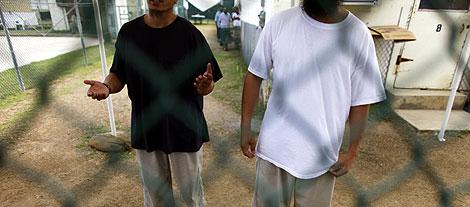 Dos presos de la base enclavada en Cuba. | Afp