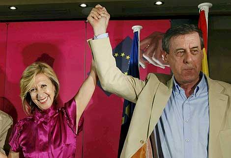 Rosa Díez saluda a sus seguidores junto a Sosa Wagner, cabeza de lista de las europeas. | Efe