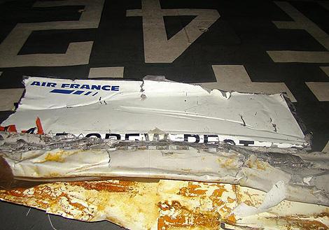 Uno de los restos del avión siniestrado, recuperado del mar. | Efe