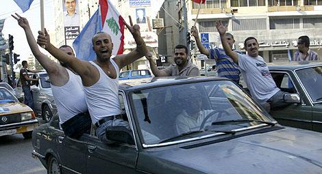 Partidarios de Saad Hariri, líder de la coalición antisiria, celebran el triunfo en Trípoli. | Reuters