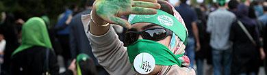 Una seguidora de Musavi saluda en Teherán. | AP