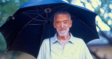 Vicente Ferrer con su inseparable paraguas.|Carlos Mateo