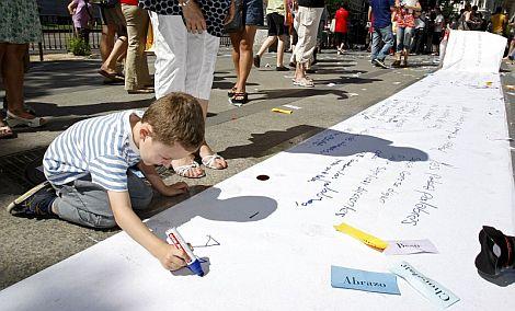 Un niño participa en la actividad 'El mundo, un poema gigante', | Efe