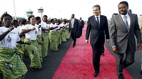 El presidente del Gobierno español, José Luis Rodríguez Zapatero (2d), acompañado por el presidente de Togo. | Efe