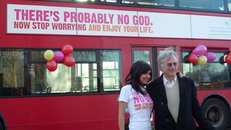 Richard Dawkins, junto a la periodista Ariane Sherin, en el lanzamiento de la campaña del bus ateo en Londres. | Atheist bus campaign