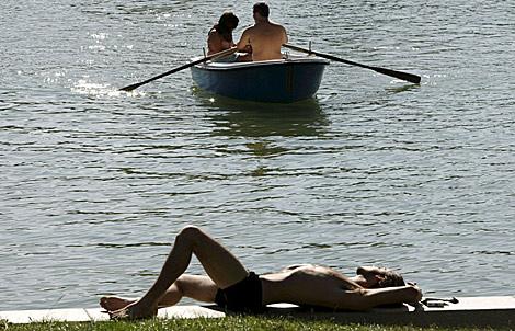Un hombre disfruta tranquilamente en el parque del Retiro de Madrid. | Efe