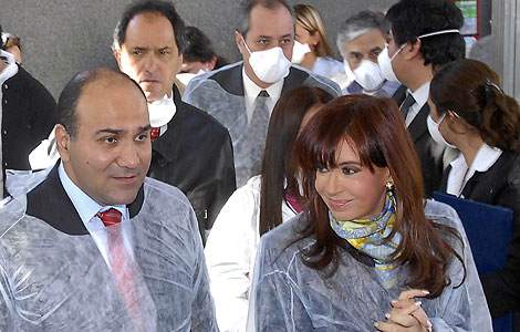 Check it out: Not even the Argentine Minister of Health Juan Manzur (left) or President Cristina Kirchner (right) are wearing a mask.