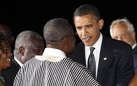 Obama, recibido por el presidente John Atta, a su llegada a Ghana. | Reuters