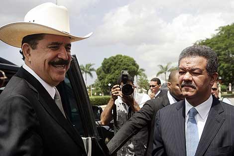 El presidente de la República Dominicana, Leonel Fernandez, recibe a Manuel Zelaya (i) en Santo Domingo. | AFP