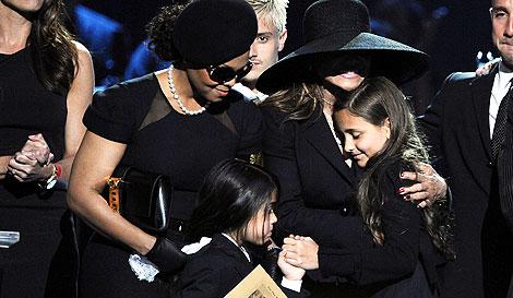 Latoya, junto a los hijos de Michael Jackson, en el funeral. | EFE