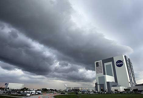 El Centro Kennedy de la NASA, en Cabo Cañaveral, cubierto de nubes. | AP