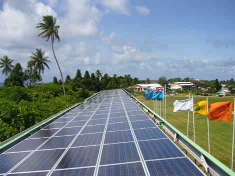Vista de los paneles fotovoltaicos en el estadio de fútbol de Tuvalu.   e-8