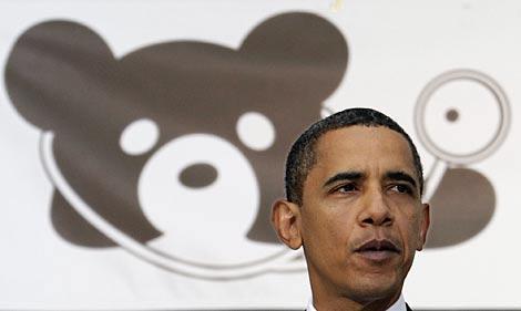 Obama habla de su plan este lunes en un hopital infantil. El oso es el logo del cento.   AP