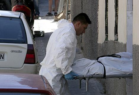 Los equipos forenses proceden al levantamiento del cadáver de la niña. | G. Arroyo