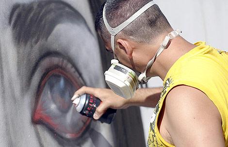 Uno de los graffiteros en plena creación. | Ical