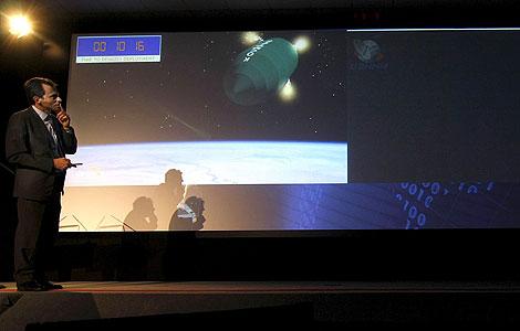 Pedro Duque, en Valladolid, observa en una pantalla el lanzamiento del satélite español. | Efe