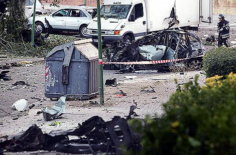 Imagen de como quedaron los cohes de la zona tras la bomba. | Efe