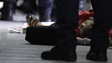 El cadáver de la abogada, en el centro comercial donde murió. | AP