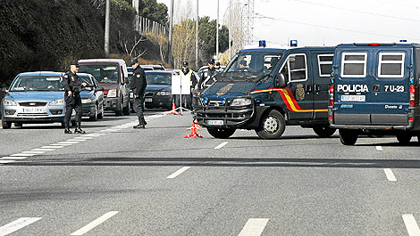 Agentes de la Policía Nacional, en un control en un acceso a la capital. | Diego Sinova