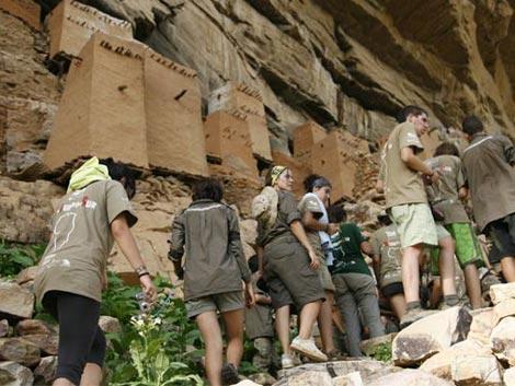 Varios expedicionarios de MRS'08 visitando el país Dogón en Mali. (José Luis Cuesta)