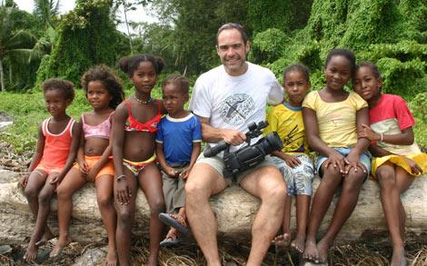 Leandro Velasco posa con varios niños de la comunidad de pescadores. | El Mundo