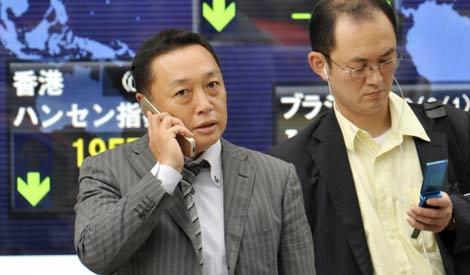Japoneses utilizando sus teléfonos móviles.   AFP