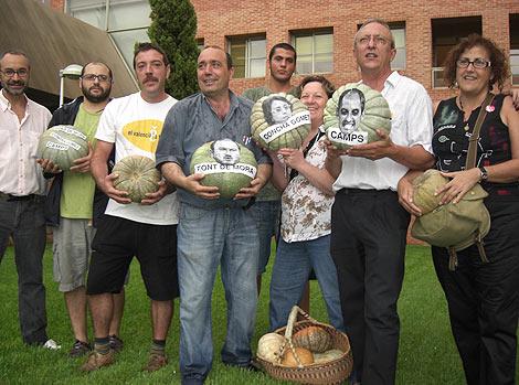 Miembros de Escola Valenciana con las calabazas ante la Conselleria | E.M.
