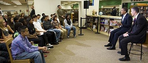 Obama, junto a su secretario de Educación, ante los escolares. | AP