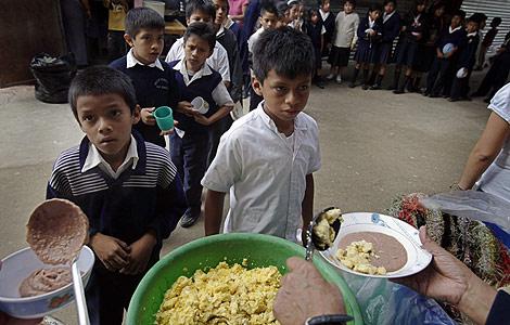 Niños guatemaltecos durante el almuerzo en un colegio. | Efe
