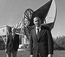 Penzias y Wilson ante su antena | Bell Labs.