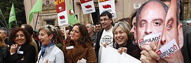 Dirigentes del PSOE y Compromís, en la concentración. | V. Bosch