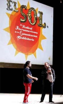 Carlos Rubio (dcha.), gerente de El Sol, y al cantante Miguel  Ángel Rodríguez 'El Sevilla', en la clausura de la pasada edición del  certamen. | Efe