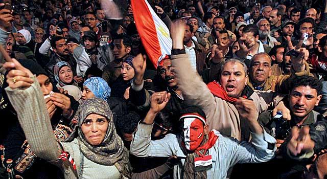 Miles de egipcios celebran la caida de Hosni Mubarak el 11 de febrero. | EFE