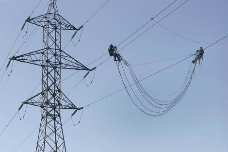 Operarios en una torre de alta tensión.  Diego Sinova