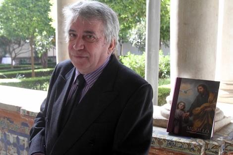 Enrique Valdivieso, con su libro, en el patio del Museo de Bellas Artes. | C. Márquez