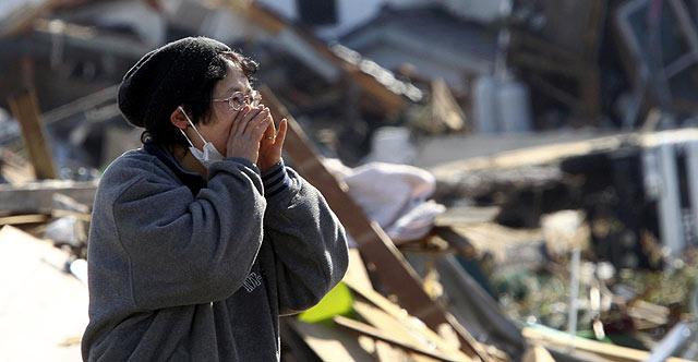 Una mujer busca a su familia en la prefectura de Miyagi. | Afp