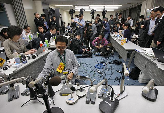 Informadores en la sede de la planta nuclear de Fukushima hace unos días preparando una rueda de prensa. | Efe