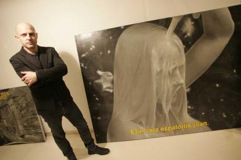Pipo Hernández con alguna de sus obras en Centro Pelaires. | Jordi Avellà